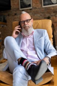 Портрет стильного старшего мужчины