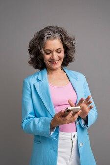 그녀의 전화를 들고 세련 된 수석 여자의 초상화