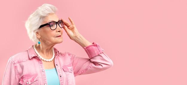 ピンクのスタイリッシュな年配の女性の肖像画