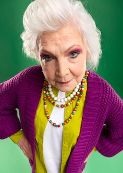 Портрет стильной старшей модели женщины