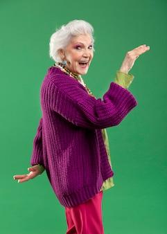 スタイリッシュな年配の女性モデルの肖像画