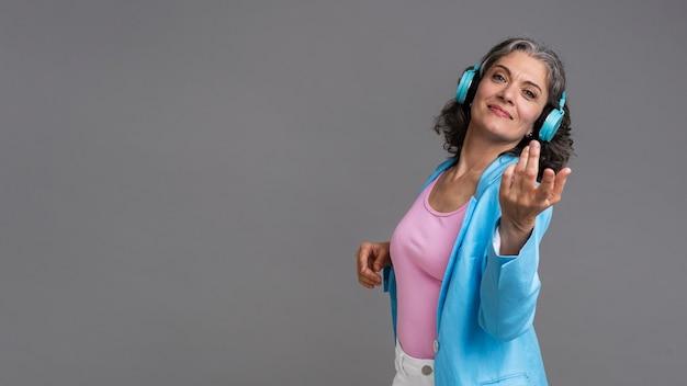 Портрет стильной старшей женщины с наушниками