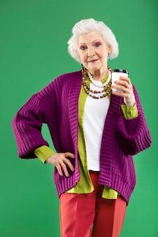 Портрет стильной старшей женщины