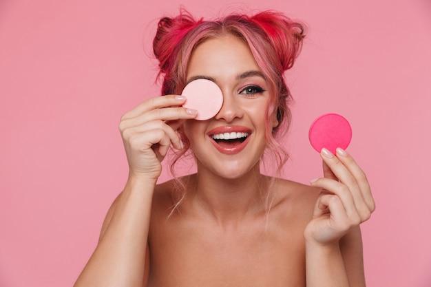 化粧スポンジを保持しているカラフルな髪型を持つスタイリッシュな上半身裸の女性の肖像画
