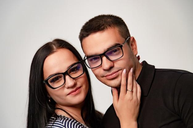 Портрет стильной молодой пары. мужчина и женщина-мачо в очках.