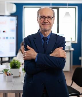 会議室で成功したシニア起業家の肖像画