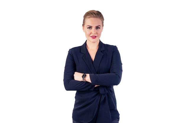 Портрет успешной и красивой бизнес-леди, светлая прическа, идеальный макияж, красные губы в стильном черном костюме с наручными часами в руках, скрещенные студией на белом фоне.