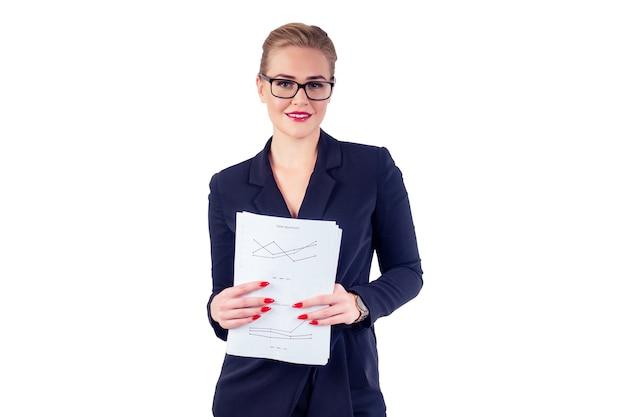 안경 금발 헤어스타일 완벽한 화장을 한 성공적이고 아름다운 비즈니스 여성의 초상화, 세련된 검은색 양복을 입은 빨간 입술, 종이 그래프 스튜디오 흰색 배경 격리를 들고 있는 손목시계