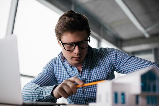 Портрет успешного архитектора работает стартап, ищет креативное решение в современном офисе