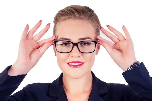 Портрет успешной деловой умной женщины светловолосая прическа идеальный макияж красные губы в стильном черном костюме, надевая очки студии выстрелил белый изолят. идея видения.