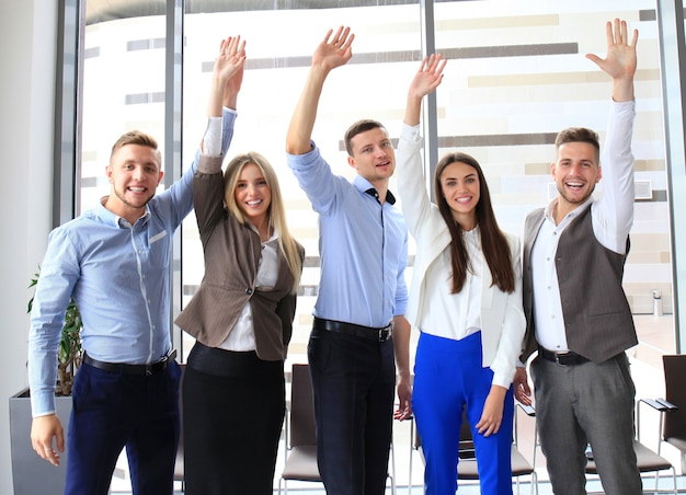 Портрет успешной бизнес-группы, размахивая руками в офисе