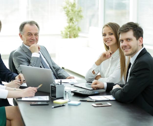 Портрет успешной бизнес-команды на рабочем месте в офисе