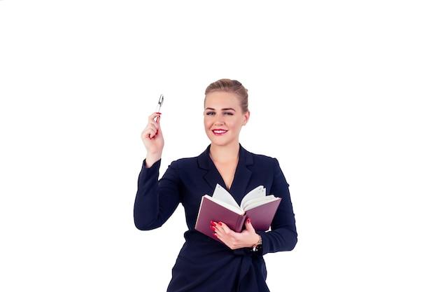 Портрет успешной деловой женщины очки светлая прическа идеальный макияж красные губы в стильном черном костюме писать в записной книжке, отмечает и указывать пальцем вверх изолят студийный белый. идея вдохновения