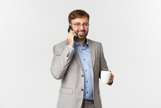 성공적인 사업가 안경의 초상화, 커피를 마시고 전화 통화