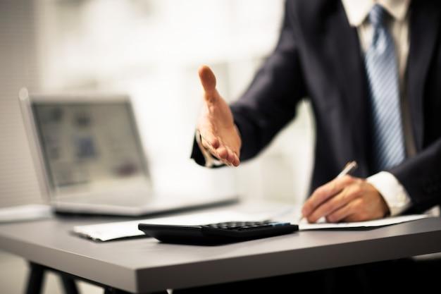 Портрет успешного бизнесмена, протягивающего руку для сделки