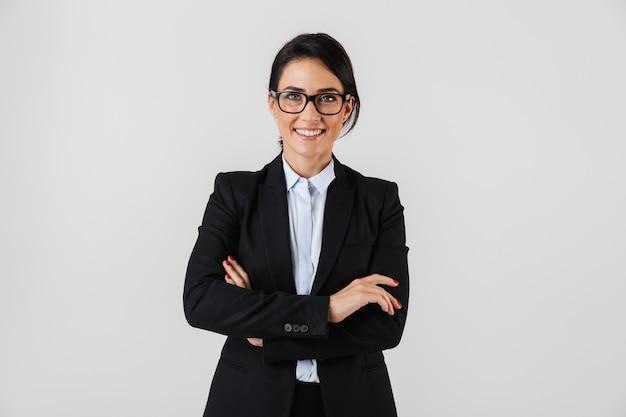 白い壁の上に隔離され、オフィスに立っている正装と眼鏡で成功した実業家30代の肖像画