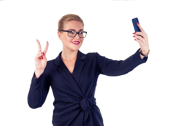 Портрет успешной бизнес-леди очки светлая прическа идеальный макияж красные губы в стильном черном костюме, принимая селфи фото смартфон студии белый изолировать.