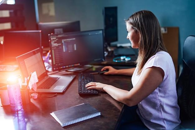 机に座って成功した実業家の肖像画。オフィスのドキュメントとラップトップ。ビジネスオフィス。