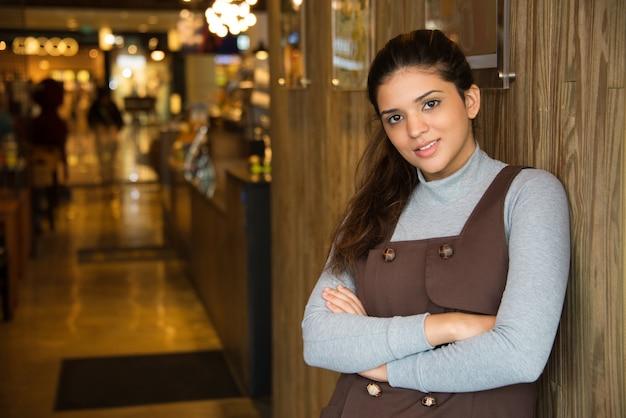 Портрет успешной женщины кафе владелец улыбается
