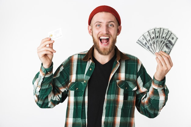 Портрет успешного человека, держащего кредитную карту и поклонника долларовых денег, стоя изолированным на белом фоне