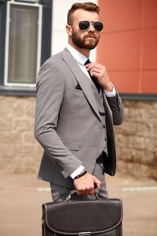 オフィスバッグと成功した若いビジネス男性の肖像画