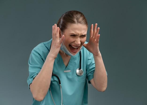 苦しんでいる女性医師の肖像画