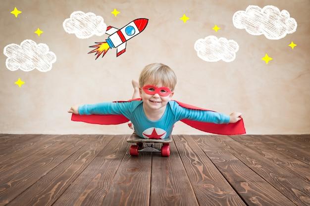 스케이트 보드에 슈퍼 영웅의 초상화입니다.