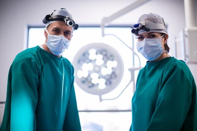 手術室での外科医の肖像画