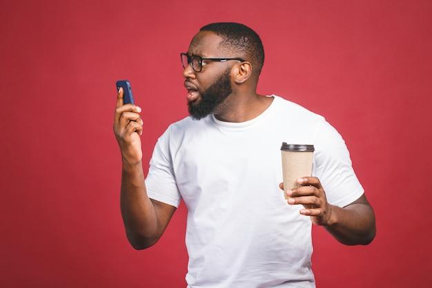 携帯電話で驚いてハンサムなアフリカ系アメリカ人の肖像画