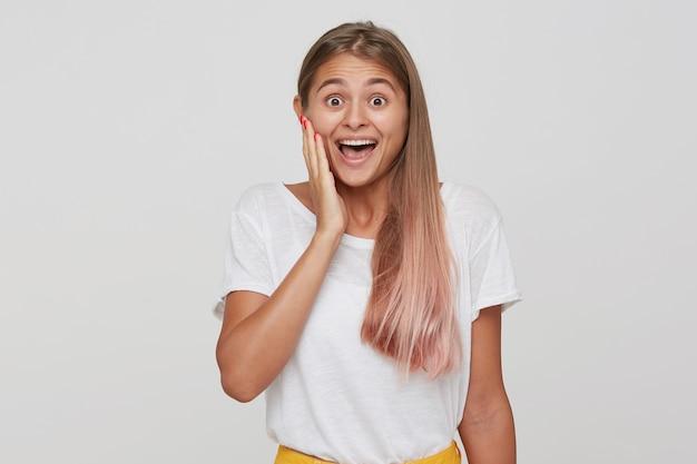 長い髪の驚きの幸せな美しい若い女性の肖像画