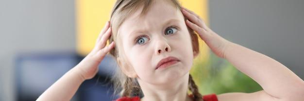 Портрет удивленной маленькой девочки с голубыми глазами. типы персонажей в концепции детей