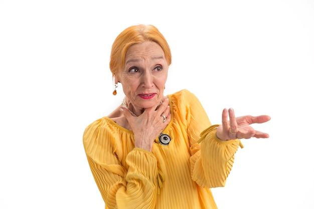 恐怖に対処する方法を脇に探している驚いた老婆怖い女性の肖像画
