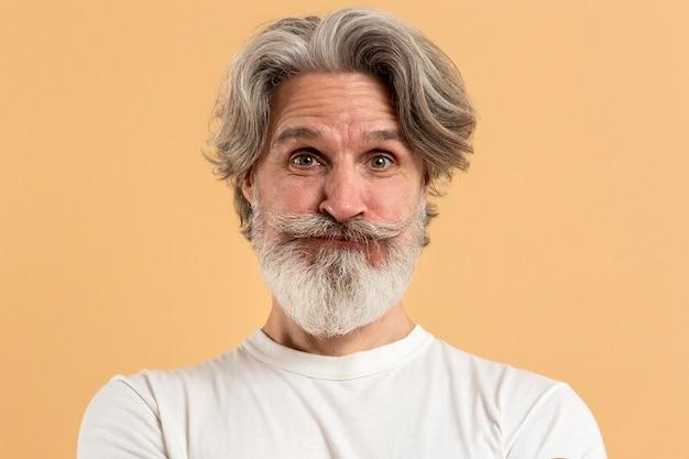 驚いた年配の男性の肖像画