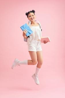 Портрет сладкой милой девичьей старшеклассницы, готовой к лекции на университетском семинаре
