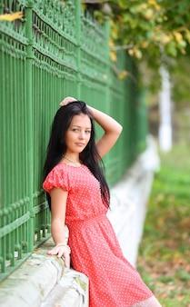 公園で楽しんでいる甘い若い女性の肖像画-屋外