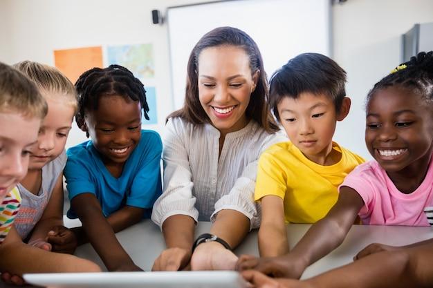 タブレットpcを使用して生徒と教師の肖像