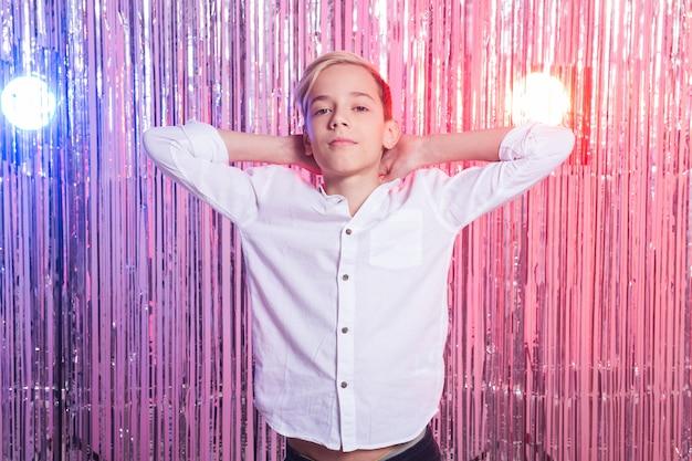 パーティーで10代の少年の肖像画
