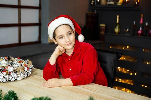 크리스마스 이브에 대 한 놀람을 만드는 십 대 소년의 초상화