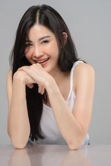 Портрет девушки подростка. сторона молодой женщины крупного плана азиатская с чистой кожей.