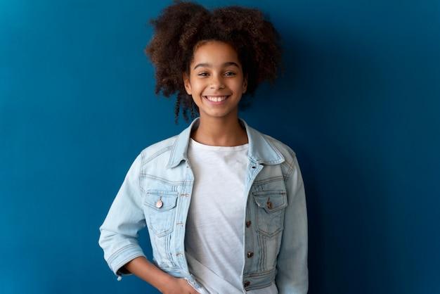 巻き毛の十代の少女の肖像画