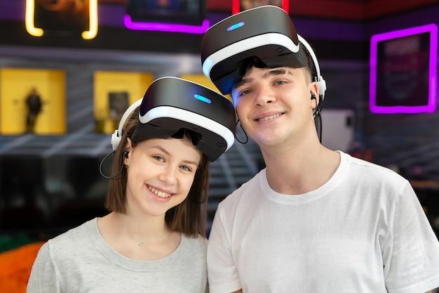 10 代の友達、仮想現実の眼鏡をかけた少年と少女のポートレート。