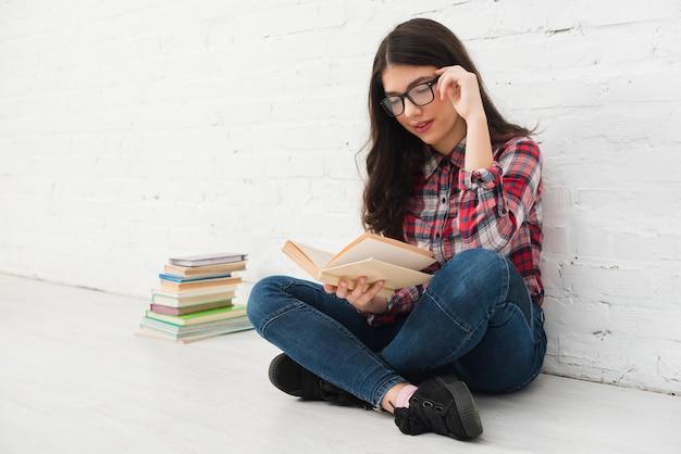 本を持つ10代の少女の肖像画