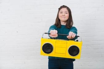Портрет девочки-подростка с музыкальной концепцией