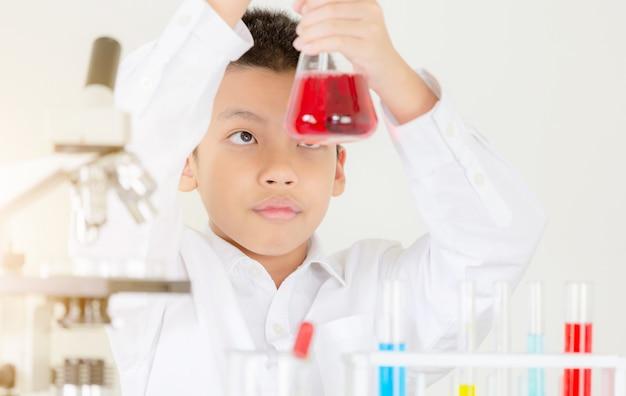 십대 학생의 초상화는 화학 솔루션에 대한 실험실이나 교실에서 교육