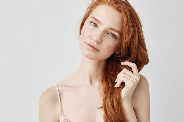빨간 머리 미소와 부드러운 아름 다운 여자의 초상화