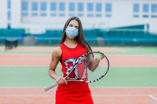 Портрет девушки теннисиста, держащей ракетку