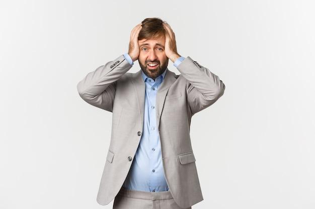 Портрет напряженного и обеспокоенного бизнесмена с бородой