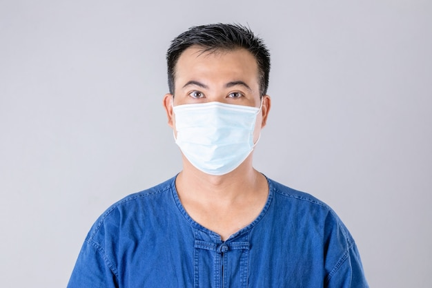 ウイルスを防ぐために防護マスクを身に着けているタイの農家の肖像画
