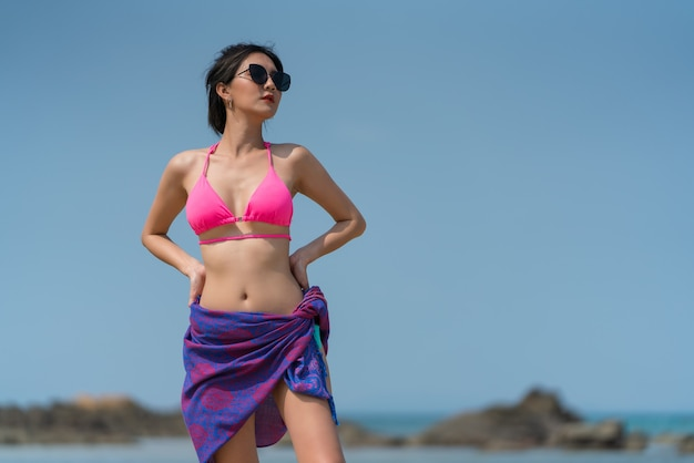 海のビーチで屋外でポーズをとるタイの女性の肖像画