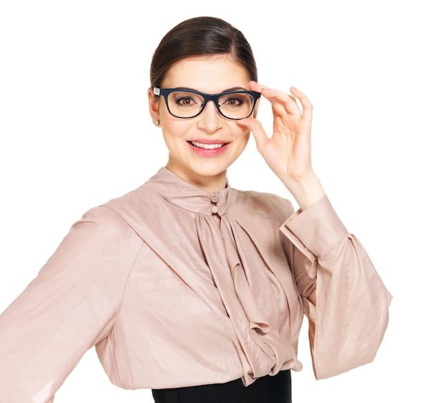 Портрет красивой счастливой молодой женщины в очках и бежевой рубашке с черной юбкой, изолированные на белом фоне